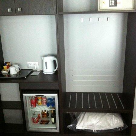 Thon Hotel Bristol Stephanie: Kastruimte, minibar en koffie-/theefaciliteiten