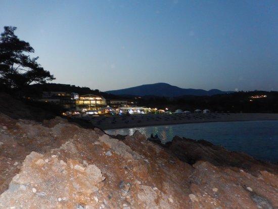 Hotel Blue Dream Palace: Das Hotel am Abend /Blick vom Felsen hinter dem Hotel
