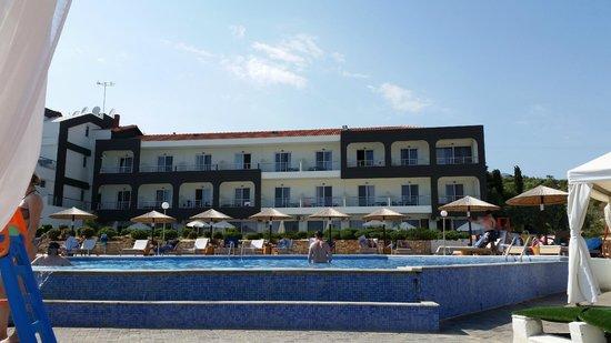 Hotel Blue Dream Palace: Blick vom Pool zu den Zimmern