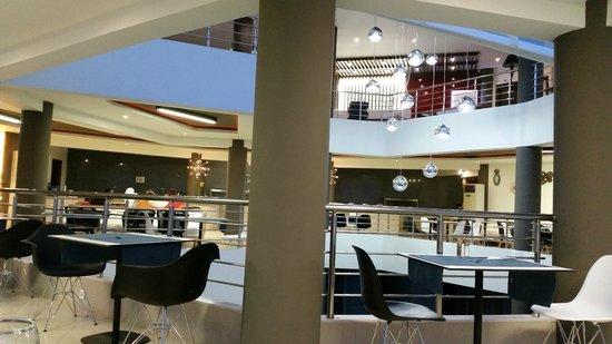 Hotel Blue Dream Palace: Speisesahl /Blick hoch zur Rezeption