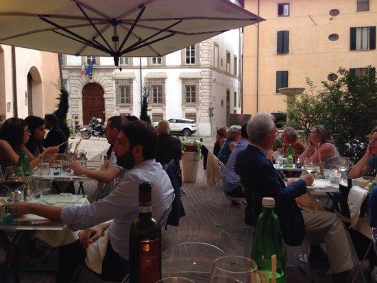 Tempio del Gusto: I tavolini nella bella piazzetta.