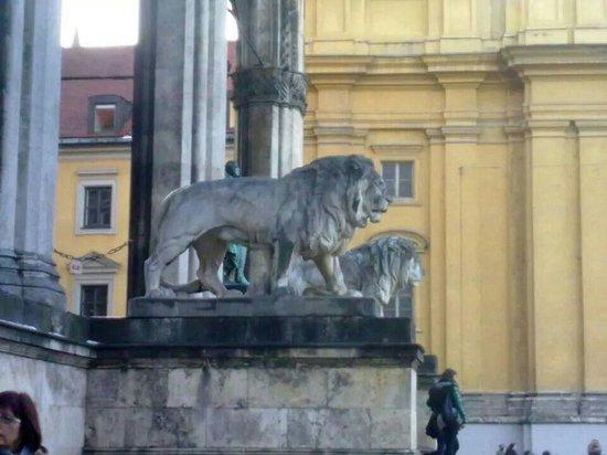 Odeonsplatz: Lions