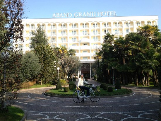 Abano Grand Hotel: перед подъездом