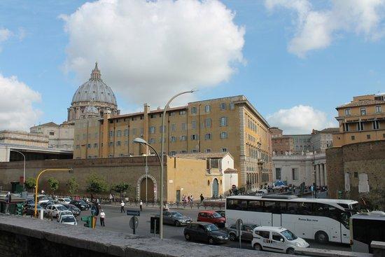 Al Colonnato di San Pietro Bed and Breakfast: View as you walk into the building