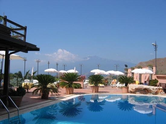 Hotel Villa Sonia: Swimming pool with Etna View