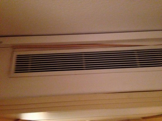 Copthorne Hotel Slough - Windsor: Ineffective air con with peeling wallpaper