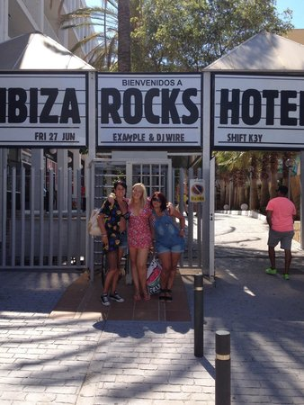 Ibiza Rocks Hotel: Example gig while we were at the hotel