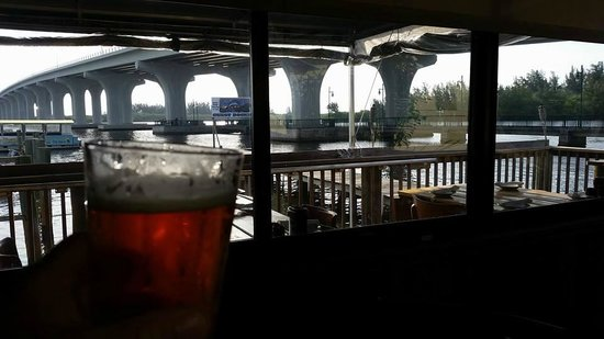 Riverside Cafe: beautiful view of the coming and going in the inter-coastal