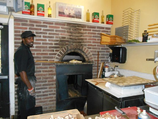 Ava's Pizzeria & Wine Bar: Alphonso has a way with a brick oven for bread and pizza