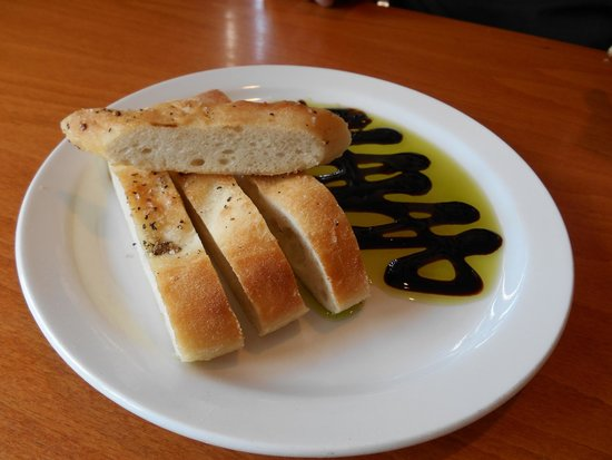 Ava's Pizzeria & Wine Bar: Freshly made brick oven bread served with olive oil and Balsamic vinegar