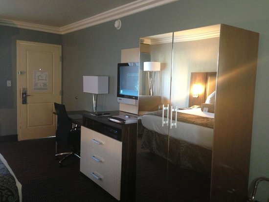 BEST WESTERN University Inn Santa Clara: Armoire with mirrored doors