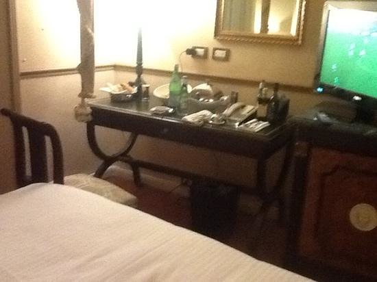 Sofitel Rome Villa Borghese : a bed a table and a tv thats it.