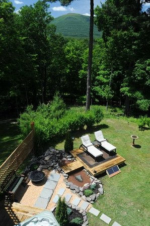 The Grouse House Bed and Breakfast: Private Zen Garden and Sun/Moon Deck