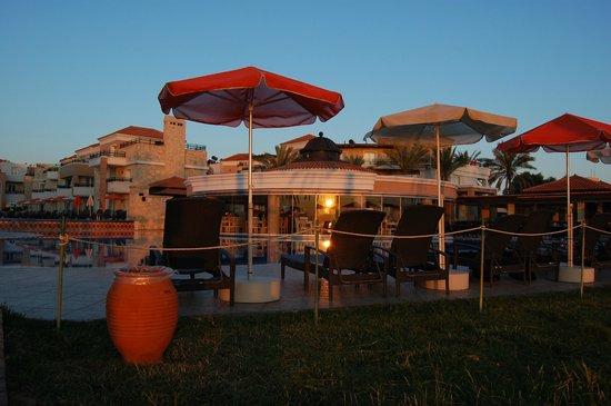 Alexandra Beach Resort: Morgenstund ved bassenget