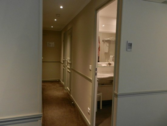 Hotel Relais Bosquet Paris: Room Hallway with bath, wc, closet