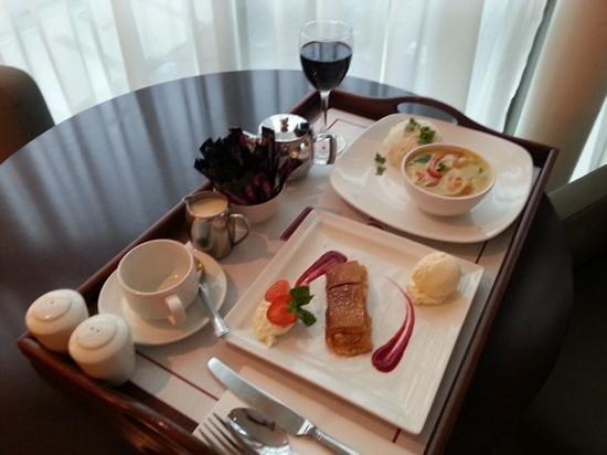 Clayton Hotel Cork City: nice room service dinner.