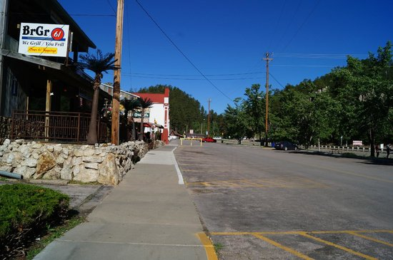 Ramada Keystone Near Mt Rushmore: Street View in front of chalet