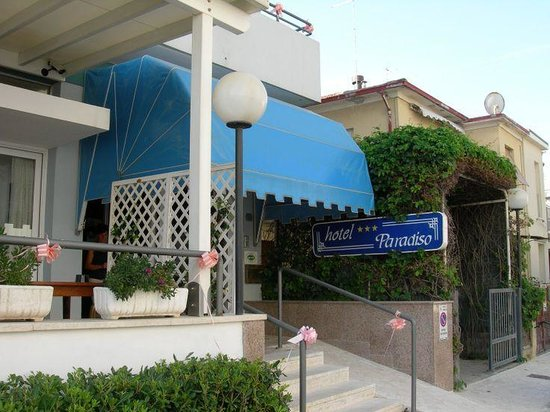 Hotel Paradiso: L'entrata dell'albergo