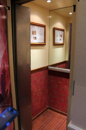 Hotel du Theatre: Itty bitty elevator