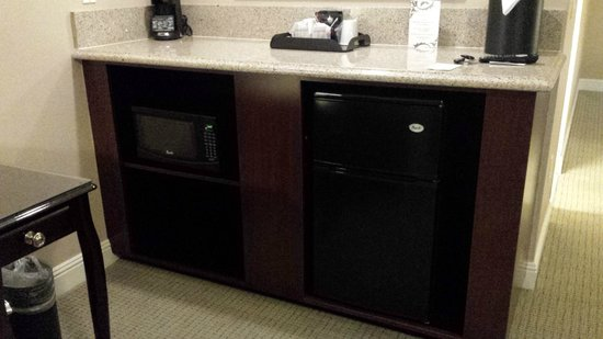 Ayres Hotel & Spa Mission Viejo : Non-wet bar with Frig and Micro