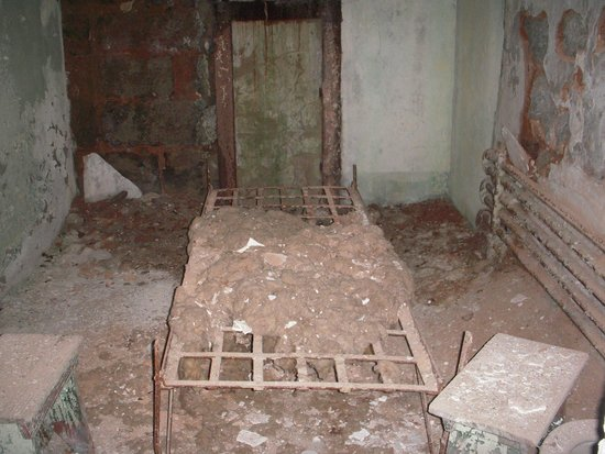 Eastern State Penitentiary: a room with such a nice bed to sleep on!