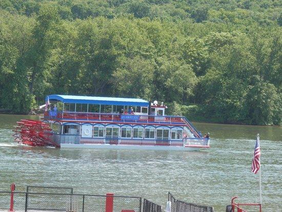Hiawatha Paddlewheel Riverboat: Hiawatha going up stream.