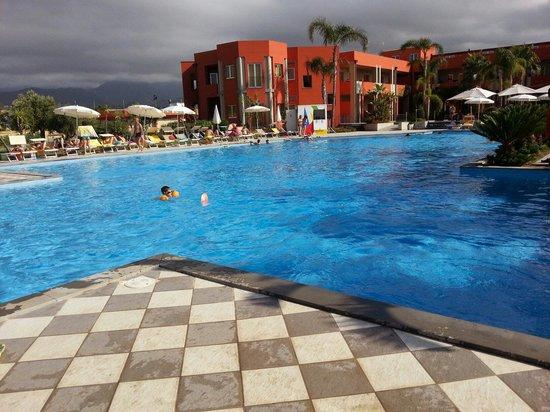 VOI Baia di Tindari Resort : Vista piscina e sullo sfondo la reception.