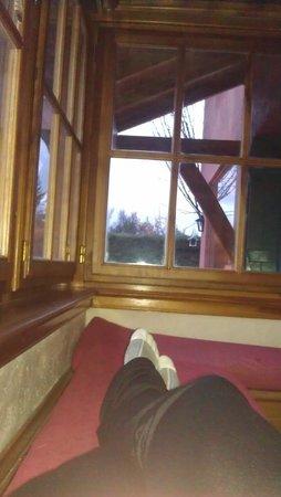 La Barraca Suites: Descansando sobre la calefacción en el living