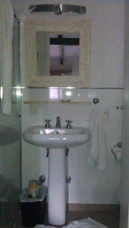 La Barraca Suites: Baño de la habitación (no vean el desorden jaja)