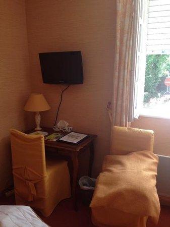 Hotel De Kerlon : chambre 5. cordon tv au mur