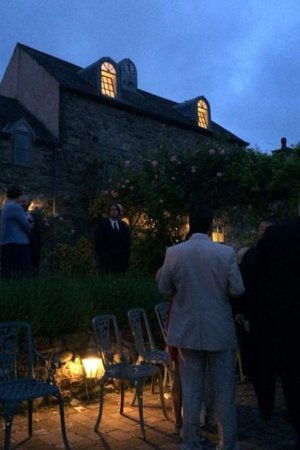 Walton Court Country House: At night in the courtyard