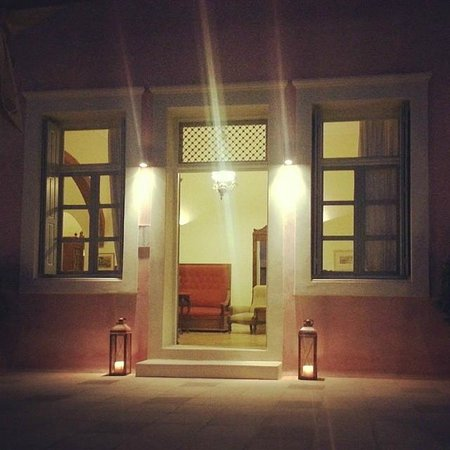 Aria Lito Mansion: The entrance by night