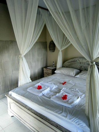 Taman Indrakila : Four poster bed with mosquito net.