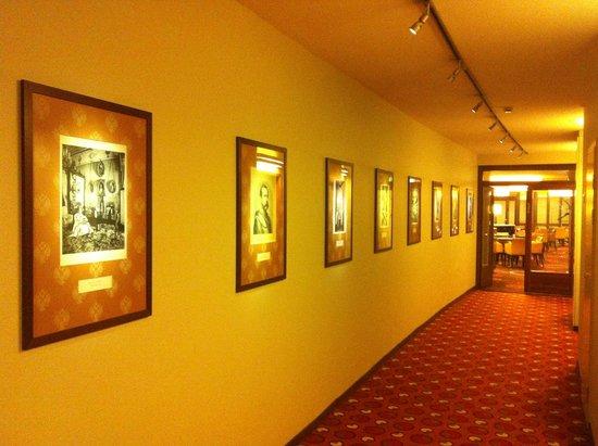 AZIMUT Hotel Olympic Moscow: Иллюстрации из царской России на стенах