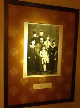 AZIMUT Hotel Olympic Moscow: Фотки из царской России на стенах