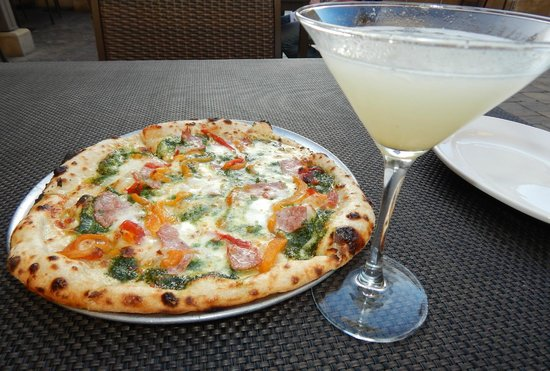 Redd Wood: Exceptional pizza and refreshing tini's