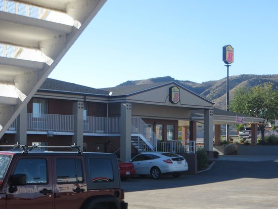 Super 8 Salina/Scenic Hills Area: The main entrance and breakfast area