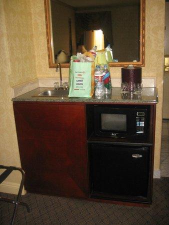 Ayres Hotel & Suites in Costa Mesa - Newport Beach : Mini fridge, microwave, sink in-room