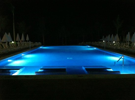 Hotel Riu Palace Jamaica: Night view of pool