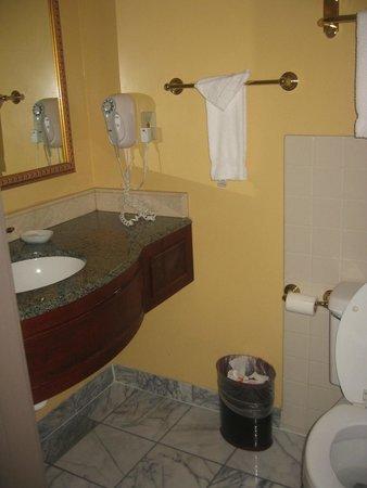 Ayres Hotel & Suites in Costa Mesa - Newport Beach: Bathroom sink