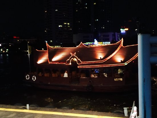Anantara Riverside Bangkok Resort: Shuttle boat at night