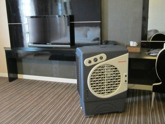The Sterling Boutique Hotel Melaka: Big fan they brought when the air conditioning broke.