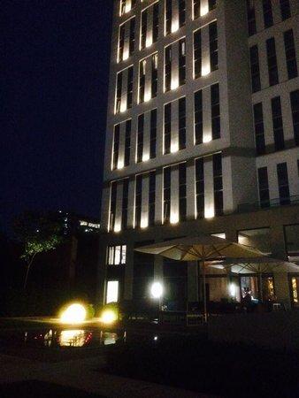 Motel One Berlin-Hauptbahnhof: Hintere Seite bei Nacht
