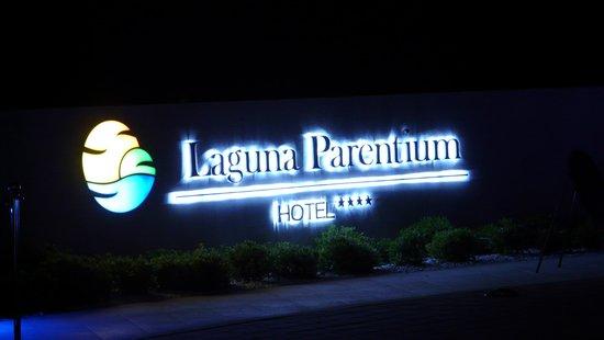 Hotel Laguna Parentium: letreiro luminoso na entrada