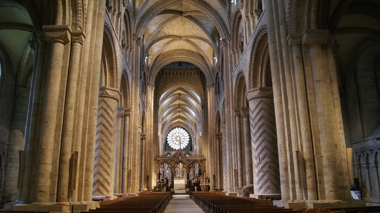 The nave note the heavy norman columns with chevron for Catedral de durham interior