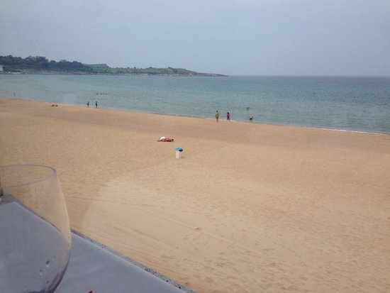 Playa Primera de El Sardinero: I like this view. Clean after 7 hours after being swept.