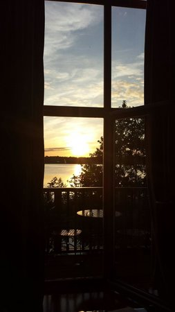 Wineport Lodge: Sunset out the window