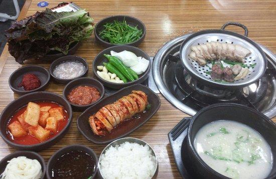 Myeongga Gukbap: 수육백반(+보쌈김치) ゆで豚の定食(ポッサムキムチ付きです)