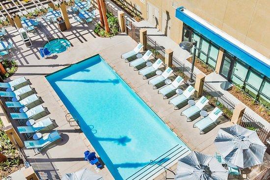 SpringHill Suites Anaheim Maingate: Pool Above