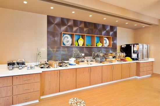 SpringHill Suites Anaheim Maingate: Breakfast Bar